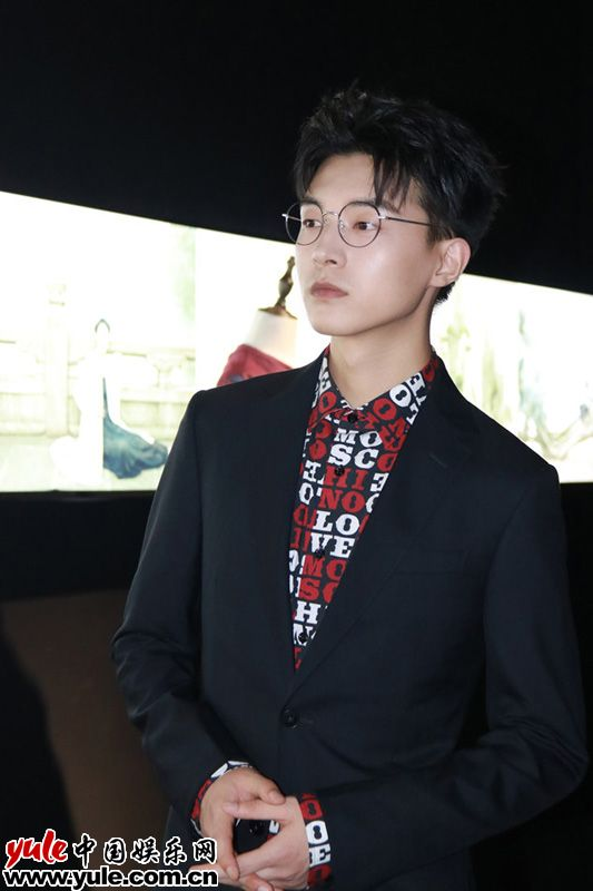 魏天浩亮相BAZAAR150周年艺术大展低调奢华男友力十足